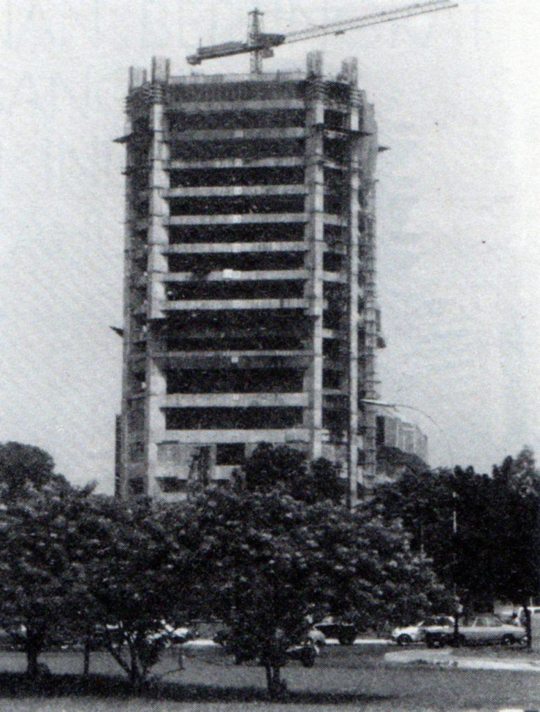 Kantor Pusat Indosat di Jakarta dalam tahap pembangunan, 1987