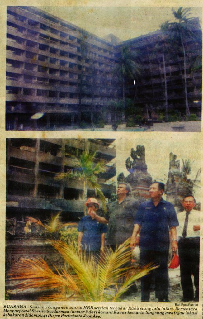 Foto tinjauan Menteri Pariwisata Pos dan Telekomunikasi Soesilo Soedarman ke Hotel Grand Bali Beach yang terbakar, 1993. Foto Bali Post.