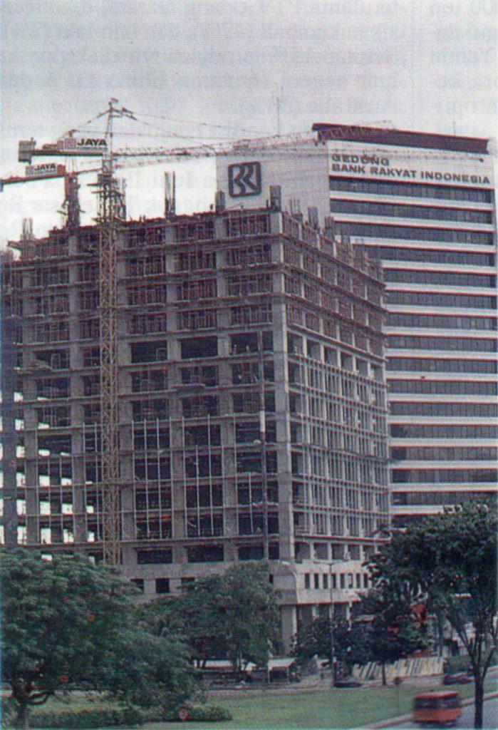 Gedung BRI II saat dibangun, 1990